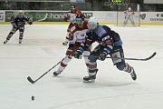 Olomoučtí hokejisté (v bílém) porazili Chomutov 1:0. František Skladaný (vlevo).