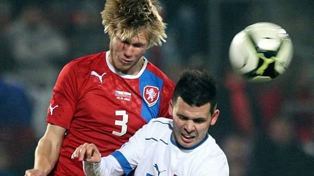 Tomáš Kalas v hlavičkovém souboji (vlevo)