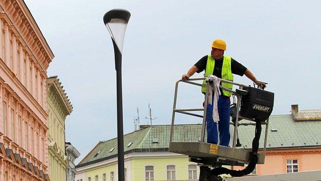 Instalace katalogových svítidel Philips UrbanStar na olomouckém Horním náměstí v září 2014