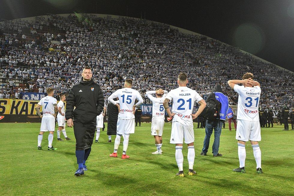 Finále fotbalového poháru MOL Cupu: FC Baník Ostrava - SK Slavia Praha, 22. května 2019 v Olomouci. Hráči Baníku děkují fanouškům