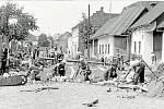 Budování nové cesty. Dláždění silnice na Zábrani v okolí domu fotografa Františka Němečka v roce 1938.