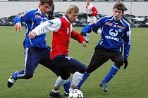V přípravě o míč bojují Filip Rýdel, Michal Ševčík a Tomáš Hořava.