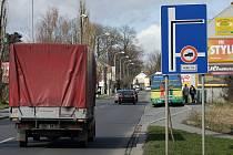 Dopravní značka omezuje vjezd do Florykovy ulice.