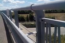Ukradené zábradlí na jednom z mostů nad R35 u Olomouce