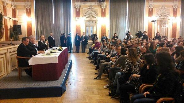 Prezident Zeman debatuje sPřerovany vMěstském domě