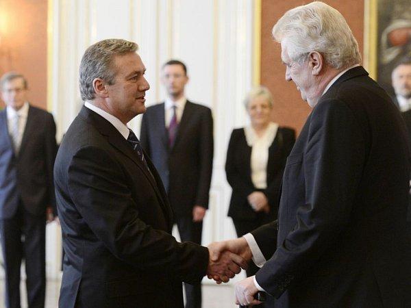 Nový ministr dopravy Antonín Prachař (vlevo) převzal 29.ledna na Pražském hradě pověření zrukou prezidenta Miloše Zemana.