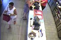 Záběr z kamerového systému - zmizení mobilu v KFC