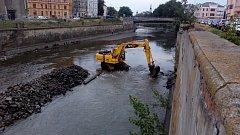 Hladina řeky Moravy v centru Olomouce  se snižuje kvůli bourání mostu v Komenského ulici