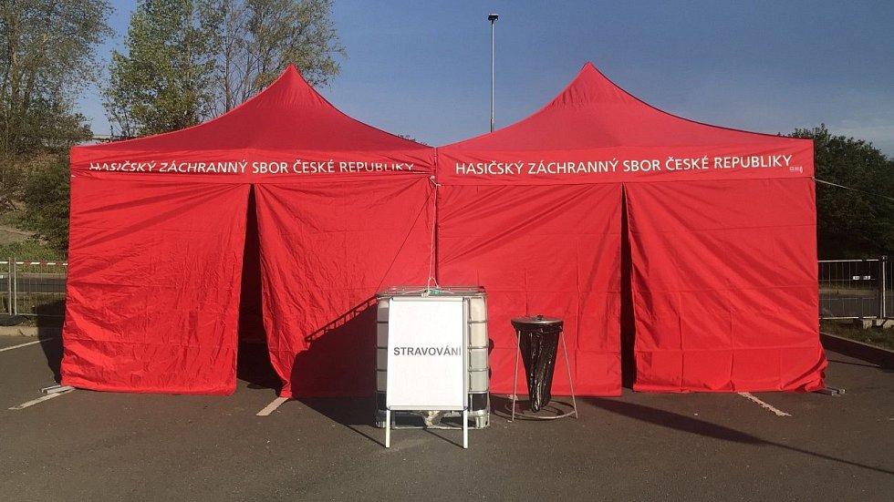 Odběrové místo na plošné koronavirové testy před olomouckým Globuse a OC Olomouc City. Pátek 24.4.2020 ráno před prvním otevřením odběrových stanů