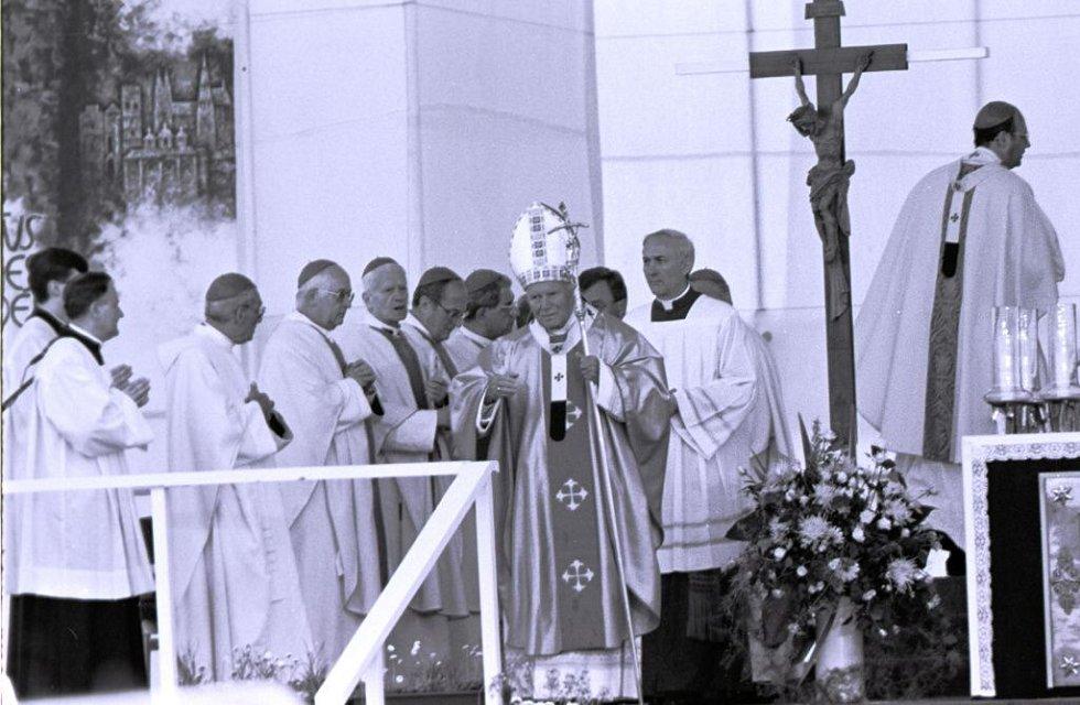 Papež Jan Pavel II. při kanonizační bohoslužbě na letišti v Olomouci - Neředíně