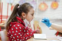 Žáci se budou znovu testovat na covid. Týká se to 165 tisíc dětí