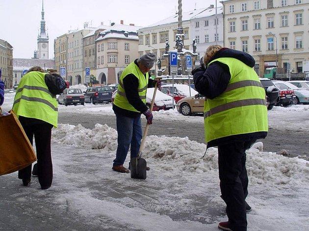 Úklid sněhu na Dolním náměstí