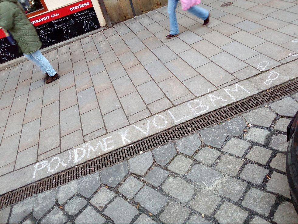 Pojďme k volbám. Výzva na chodníku na Dolním náměstí v Olomouci před prezidentskými volbami 2018.