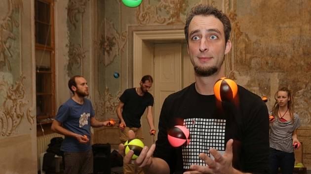 Výuka žonglování s olomouckým Cirkusem LeVitare