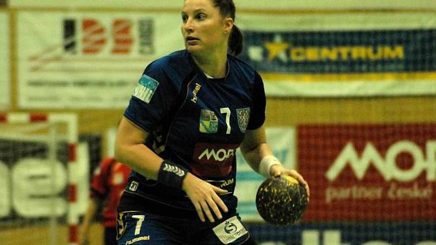 Zora (v tmavě modrém) u míče