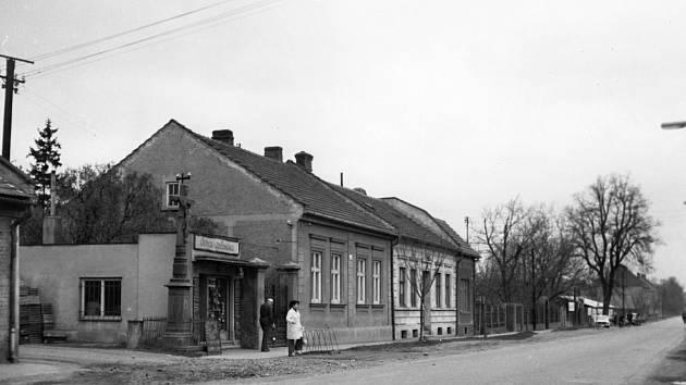 Stará zástavba za železničním přejezdem, východní strana Olomoucké ulice.