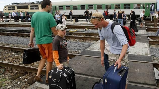 Mezinárodní rychlík Eurocity musel kvůli požáru zastavit v pondělí odpoledne ve stanici Červenka nedaleko Litovle. Oheň zasáhl jeden z vagónů, nikoho z cestujících naštěstí nezranil.