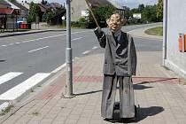 """Přechod pro chodce v Charvátech místní části Drahlov nově hlídá figurína důchodce hrozící holí rychle jedoucím řidičům."""" Je to náš Miloš Radarovič a máme ho tu tak čtrnáct dnů,"""" uvedli pracovníci nedalekého pneuservisu."""