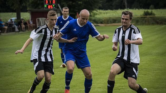 Fotbalisté Dubu nad Moravou (v bílém) porazili Lipovou 3:0.