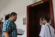Členové iniciativy Olomouc bez hazardu před odevzdáním podpisů na podatelnu.