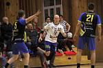 Házenkáři Litovle (v bílém) prohráli v osmifinále Českého poháru s Kopřivnicí 21:38.