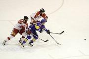 Olomoučtí hokejisté (v bílém) proti Zlínu