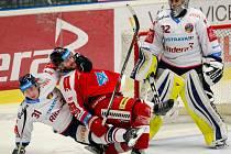 Vítkovice - HC Olomouc. Zleva Lukáš Klok, Jan Knotek, Patrik Bartošák