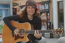 Hostem bude losangeleská písničkářka Janet Robin.