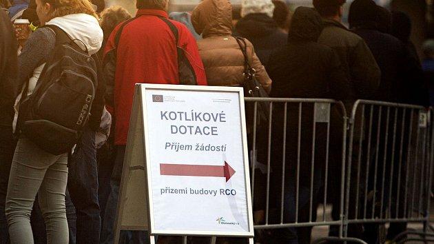 Únor 2016. Fronta před budovou RCO v Olomouci první den přijímání žádostí o kotlíkové dotace