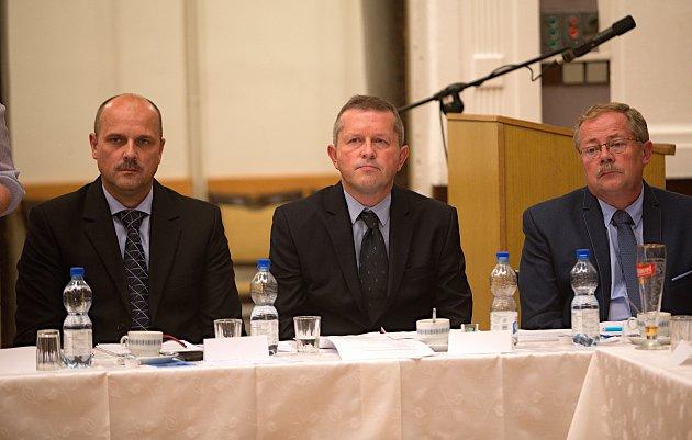Ustavující zastupitelstvo v Litovli. Skórem 12 : 9 zvolen starosta Viktor Kohout. Uvolněným místo