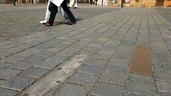 """Ozdobné mosazné desky v dlažbě olomouckého Horního náměstí. Desítky z nich se uvolnily a """"zmizely"""""""
