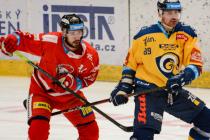 Útočník HC Olomouc David Ostřížek dotírá na zlínského zadáka Jakuba Ference.
