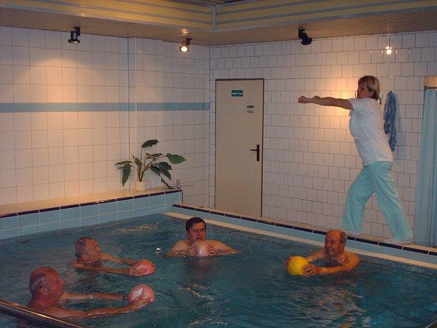 Cvičení v bazénu.