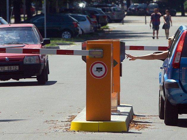 Řidiči, kteří v Olomouci bezplatně využívali parkování u stadionu Sigmy, si nyní musí připravit drobné. Před parkovištěm stojí od minulého týdne závory.
