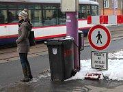 Přecházení přes frekventovanou Wolkerovu ulici kvůli plotu přes chodník u výstaviště Flora. 14. února 2013