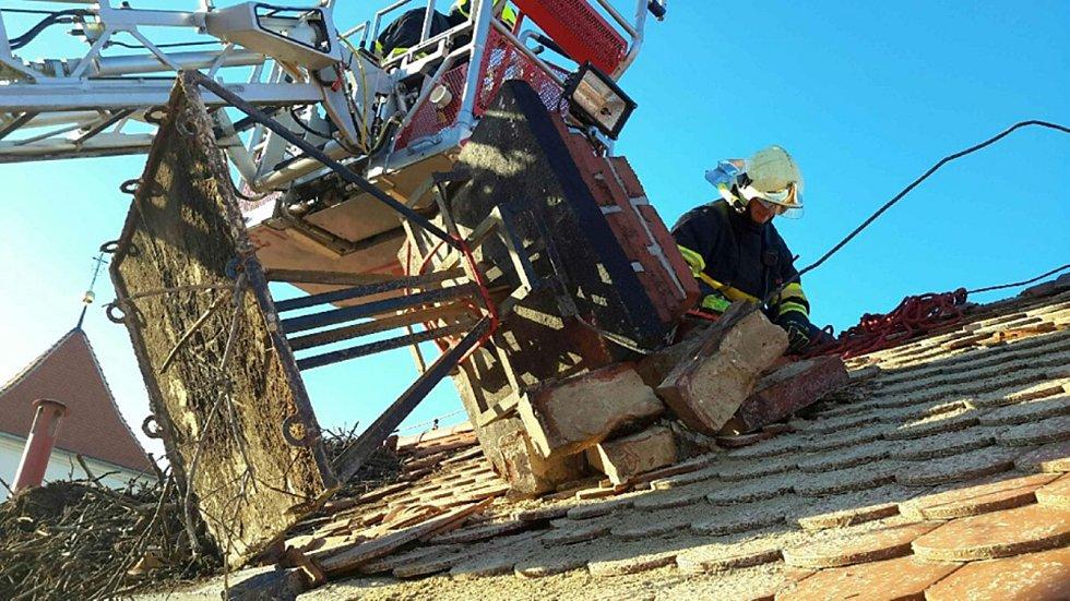 Zásah u spadeného komínu v Dřevohosticích. Následky silného větru v noci z 23. na 24. února 2020