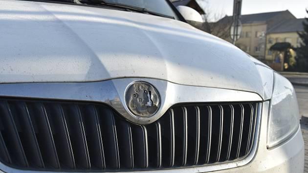 Poškozená auta v Senici na Hané