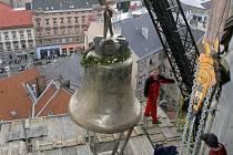 Zvon Panna Maria Hostýnská míří do zvonice
