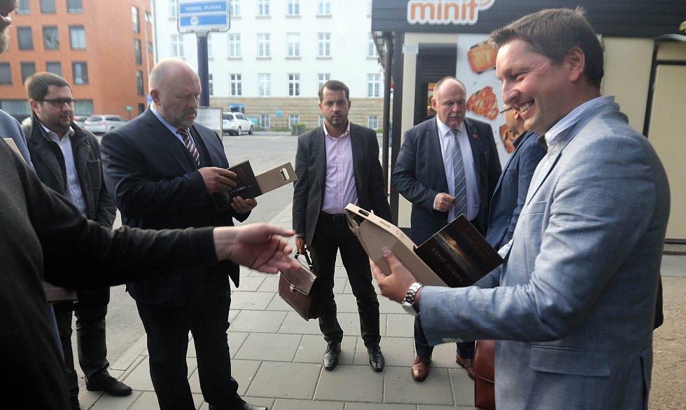 DENÍK BUS - lídry stran jsme vzali autobusem na debatu do Přerova. Vpravo Radim Sršeň (Starostové a nezávislí)