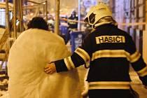 Hasiči zasahují u požáru v domě v Komenského ulici v Olomouci