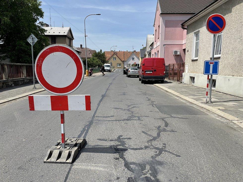 V Litovli začala kritická fáze rekonstrukce průtahu. Na snímku Kysucká ulice, 15. června 2021