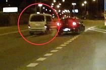 Citroen Berlingo (vlevo) v Tovární ulici v Olomouci vytlačil na obrubník vůz jedoucí v pravém pruhu