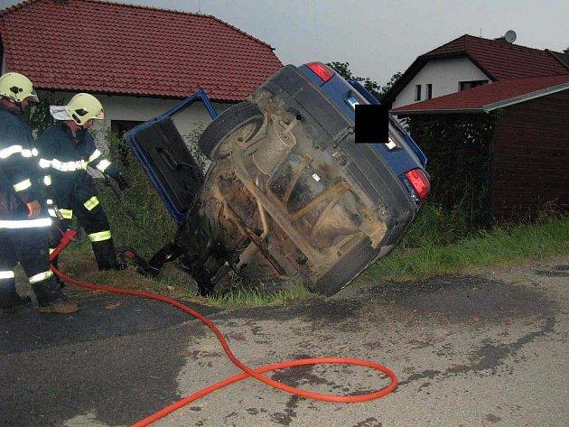 Hořící auto museli uhasit hasiči