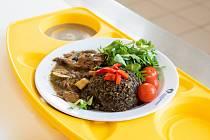 Pacienti hospitalizovaní ve Fakultní nemocnici Olomouc, jejichž zdravotní stav umožňuje podávat jim běžné pokrmy bez zvláštních dietních omezení, si mohou od 9. září volit jeden ze tří nabízených obědů.