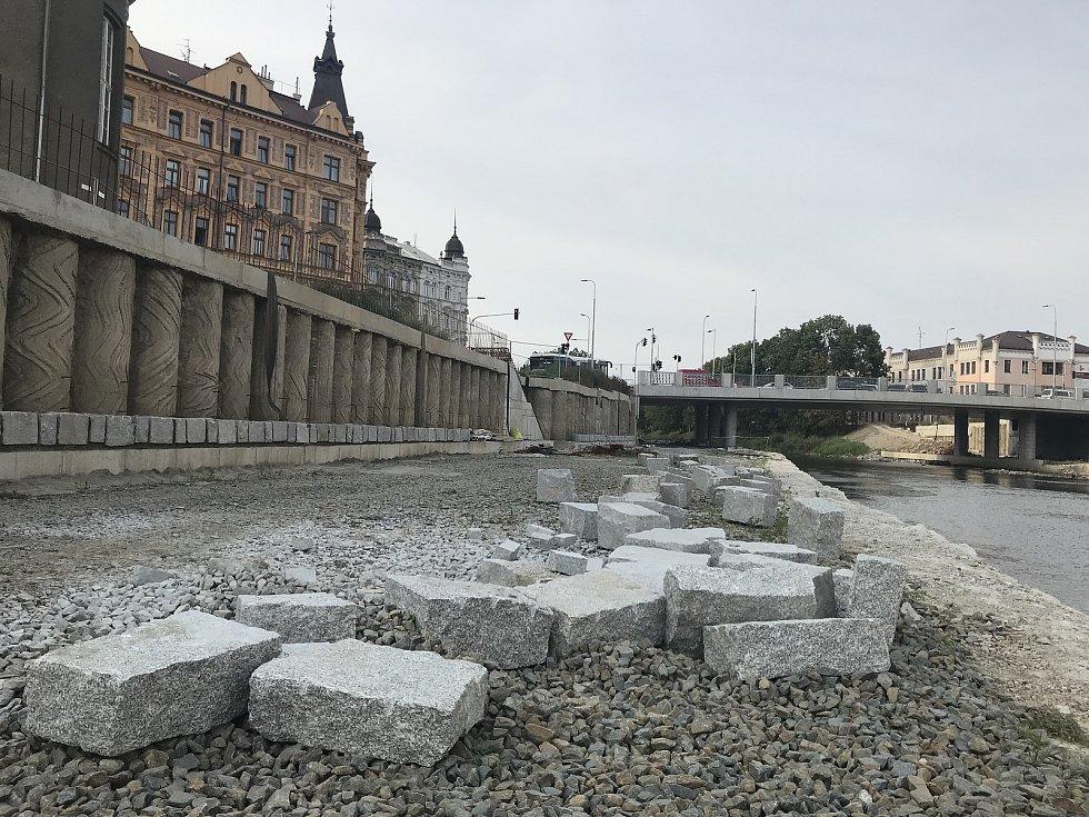 Na pravém břehu řeky Moravy v centru Olomouce je patrná podoba budoucí náplavky, 16. září 2020
