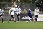 Fotbalisté Uničova remizovali s Rýmařovem (v bílém) 1:1. Tomáš Nuc (u míče)
