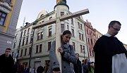 Na tradiční křížovou cestu se v pátek večer vydalo několik desítek mladých. S velkým dřevěným křížem procházeli centrem Olomouce