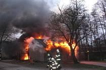 Požár odpadu v olomoucké ulici Na Sezníku