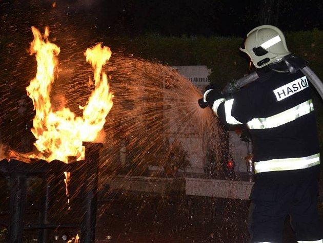 Požár stojanu na svíčky u rozptylové loučky na olomouckém hřbitově v Neředíně