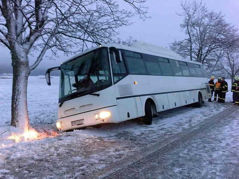 Ve Skřípově na Prostějovsku kvůli zasněžené silnici zapadl autobus převážející tři děti do příkopu.